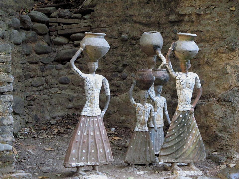 Esculturas de mulheres no Rock Garden de Chandigarh