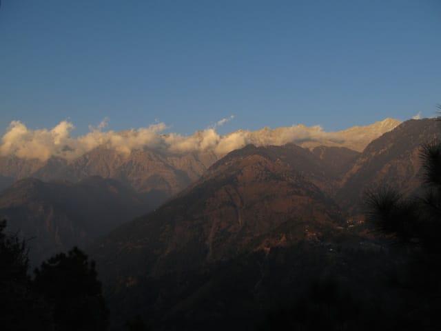 Montanhas do Himalaia em McLeod Ganj