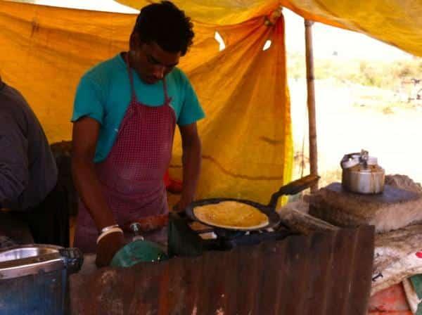 Vendedor fazendo paranta na Índia
