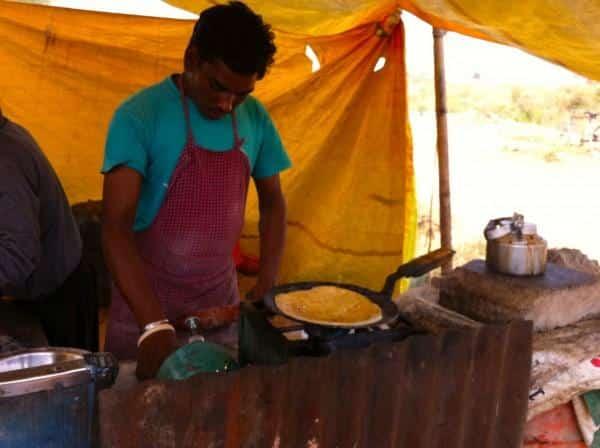 Vendedor fazendo chapati na Índia