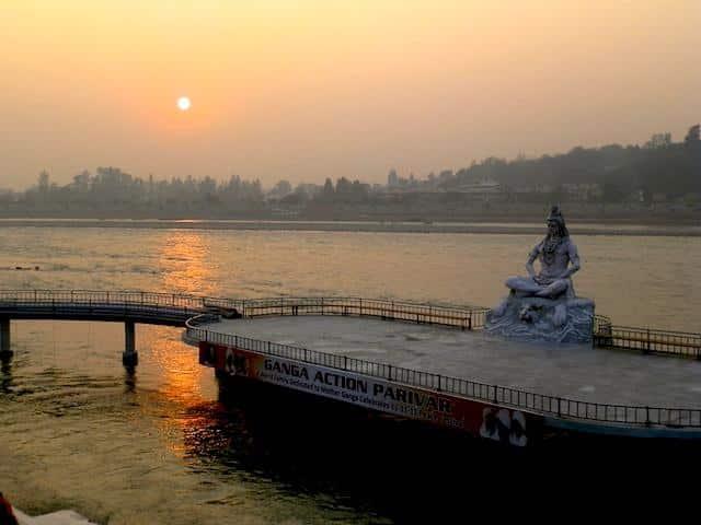 Estátua de Shiva no Ganges em Rishikesh, Índia