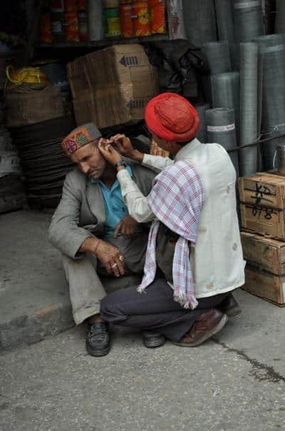 Limpador de ouvido na Índia