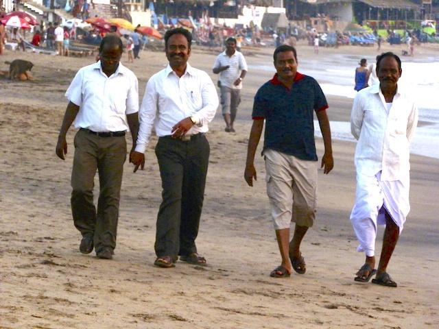Homens em praia de Goa - Índia