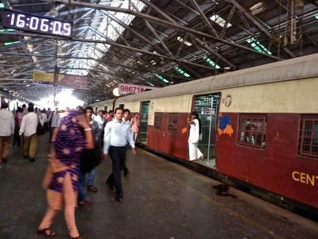 Plataforma de trem em Mumbai