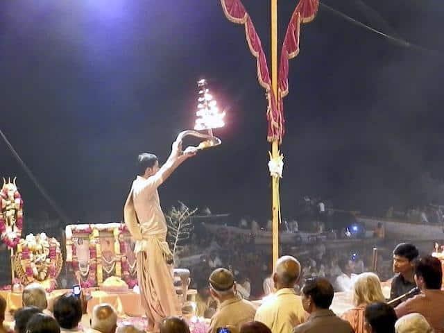 Cerimônia religiosa no rio Ganges, em Varanasi, Índia