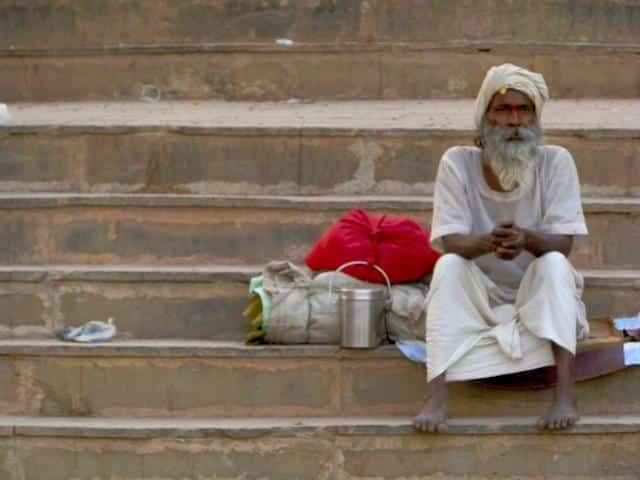 Homem em Ghat do Rio Ganges, Varanasi