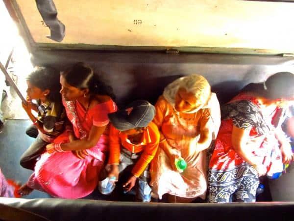 Familia indiana em um trem