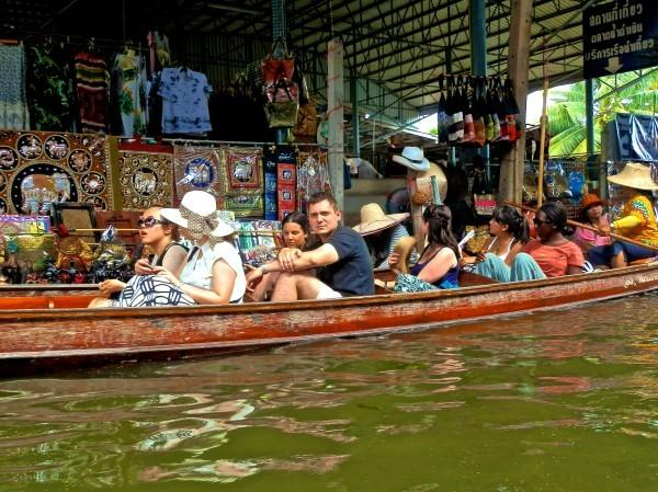 Turistas no mercado flutuante de Bangkok