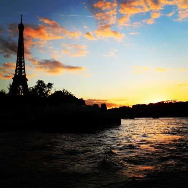 Por do sol em Paris, França