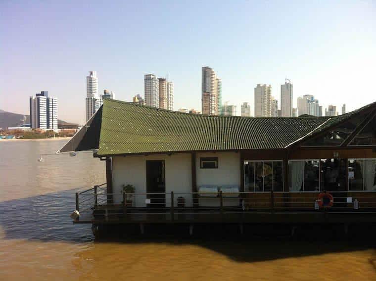 Restaurante flutuante em Balneário Camboriú
