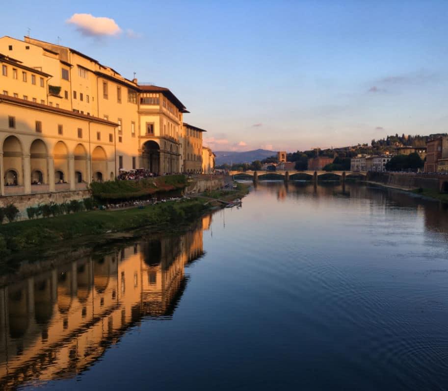 Vista da Galeria Uffizi no Por do Sol a partir da Ponte Vecchio em Florença na Itália