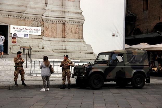 Exército em igreja de Bolonha, Itália