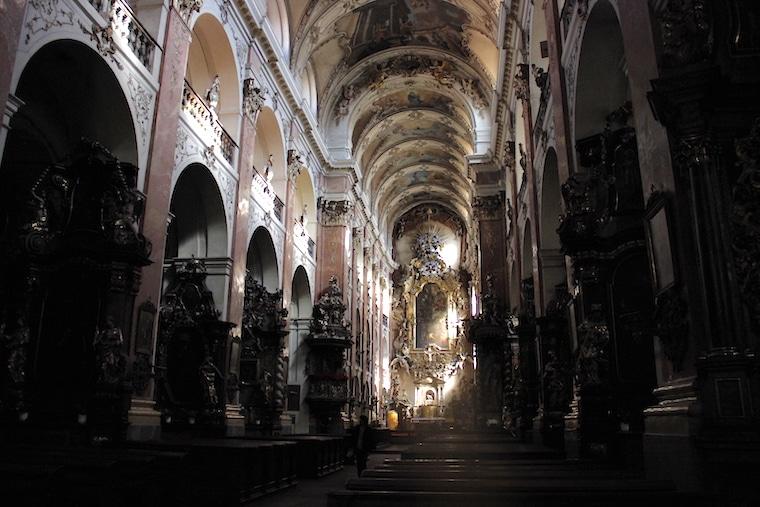 praga república Tcheca dentro da igreja