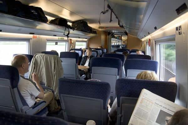 Dentro da segunda classe trem europa
