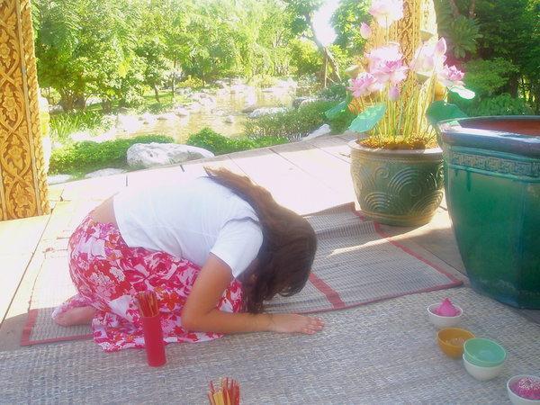 intercambio-na-tailandia-rezando