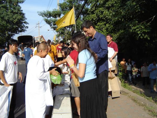 procissão doação aos monges tailândia