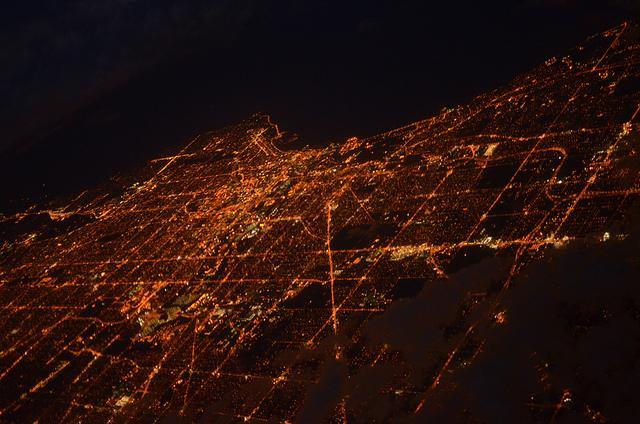 Vista avião cidade iluminada