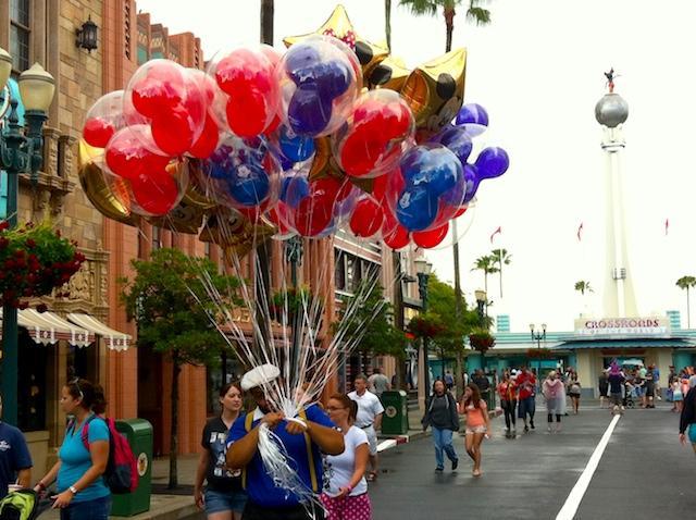 homem com balões do Mickey - Disney Hollywood