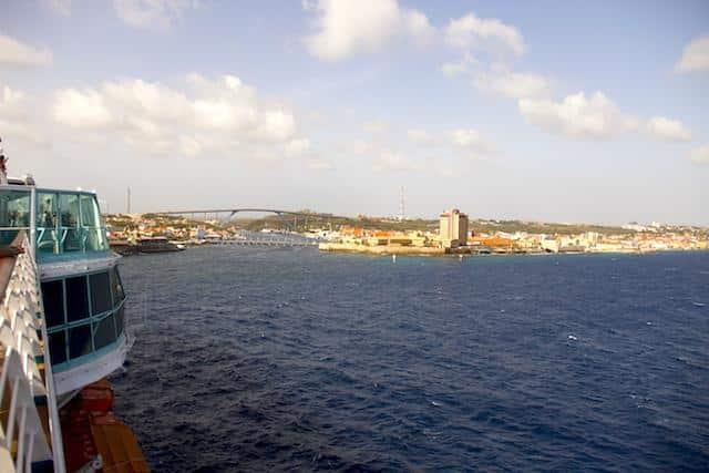 Vista do navio Monarch, em Curaçao