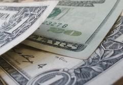 Como viajar barato com o dólar em alta
