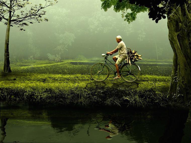 Homem velho na bicicleta