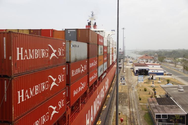 Navio passando no Canal do Panamá