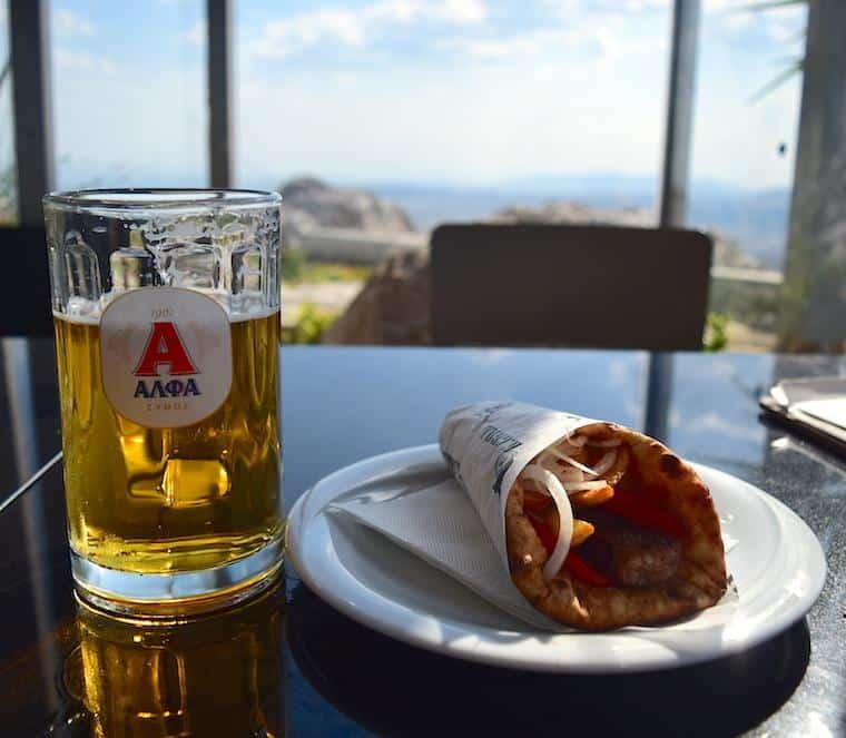 souvlaki e cerveja comida grega