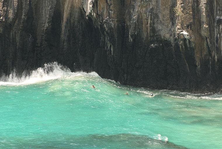 surfar em Noronha