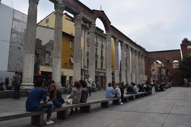 noite em milao colonne di san lorenzo pessoas