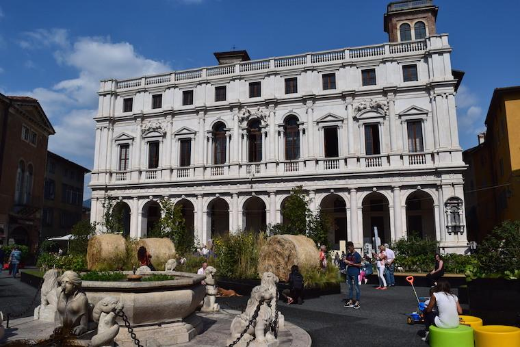 bérgamo itália biblioteca piazza vecchia