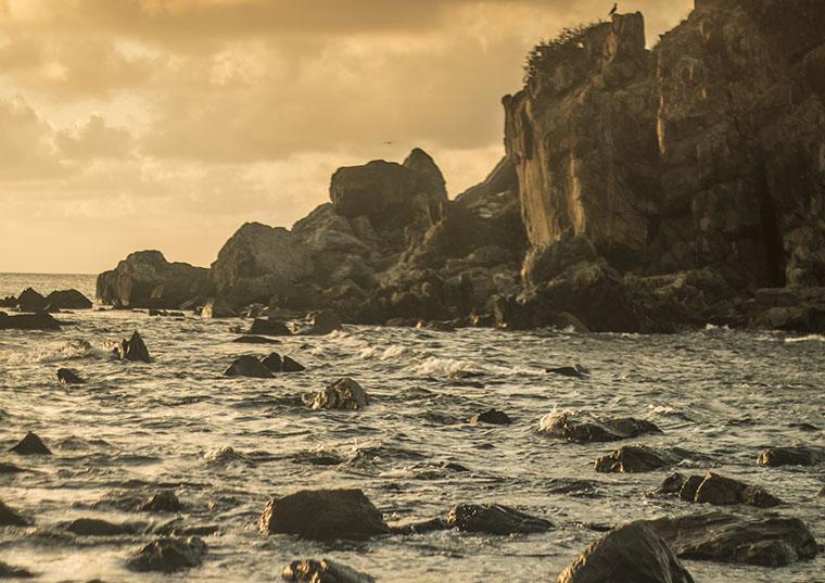 Pedras em praia de fernando de Noronha, ao pôr do sol