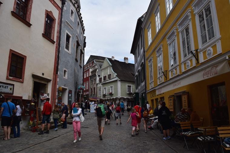 Cesky Krumlov República Tcheca rua colorida
