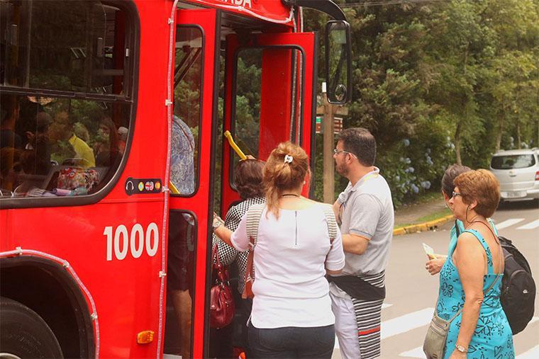 Ônibus turístico entre Gramado e Canela