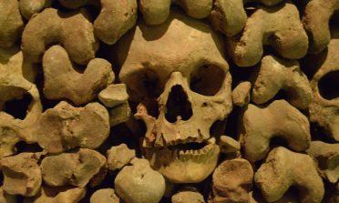 O túneis e ossuário no subterrâneo de Brno, na República Tcheca