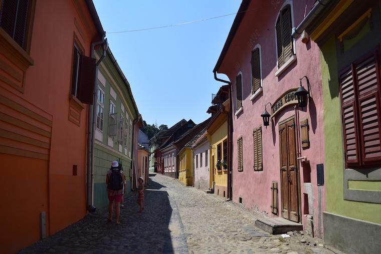 sighisoara vlad tepes transilvania romenia rua colorida