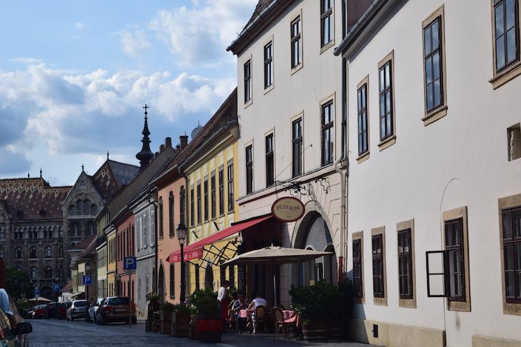 castelo de buda budapeste hungria rua cafe
