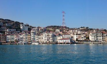 Passeio de barco no canal de Bósforo, em Istambul: você entre dois continentes