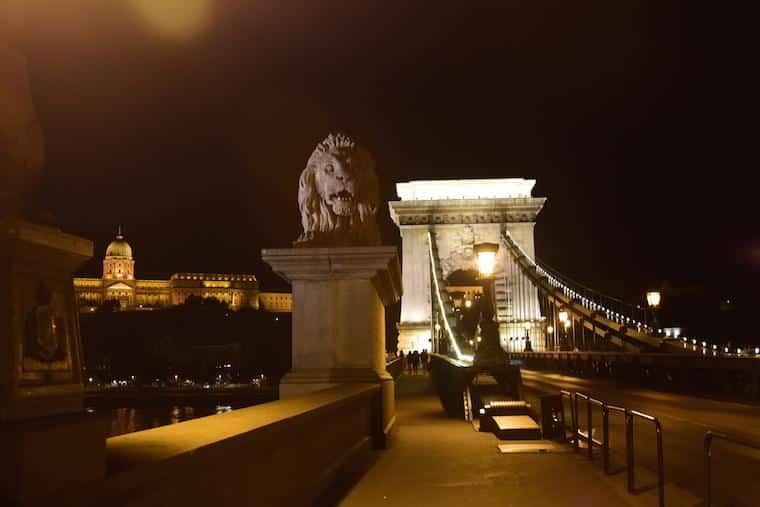 o que fazer em budapeste chain bridge noite