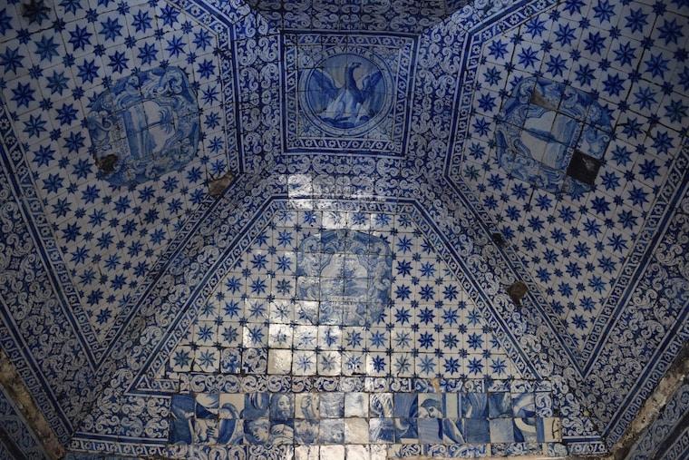 nazaré portugal azulejos igreja
