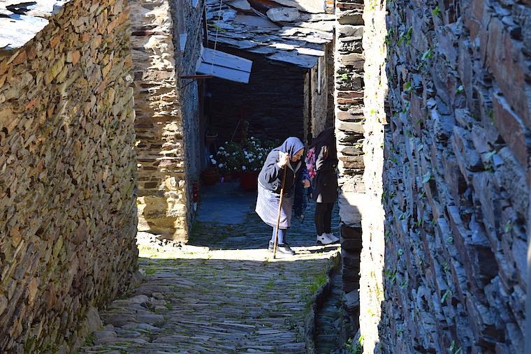 aldeia historica piodao portugal moradora