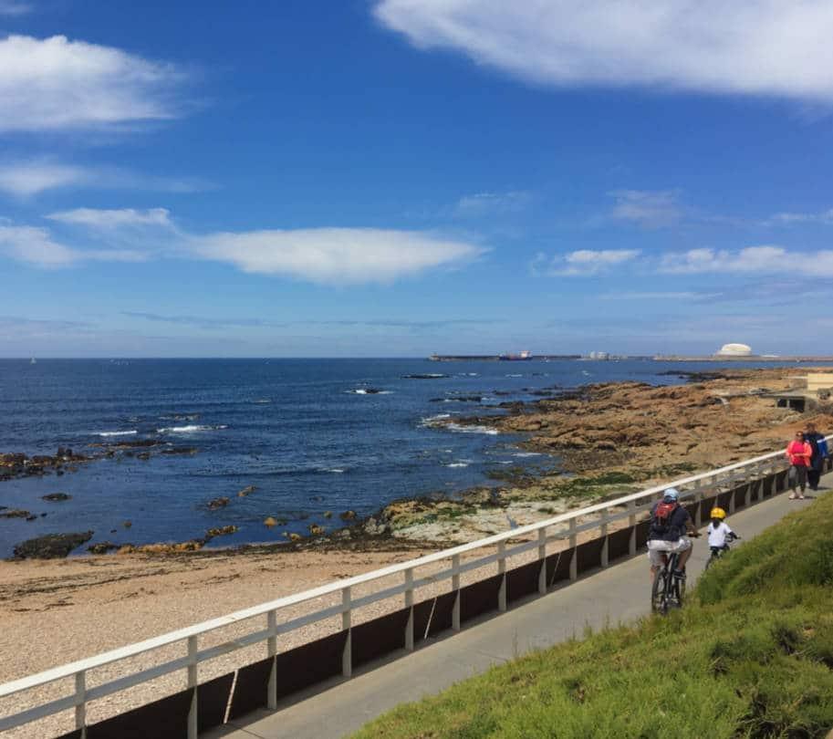 caminho de bicicleta na beira do mar foz do douro porto