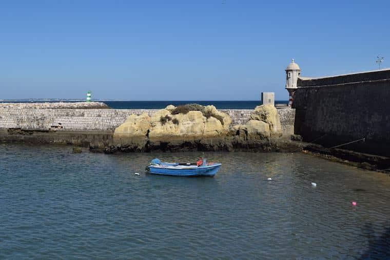praias do algarve lagos portugal forte e barco