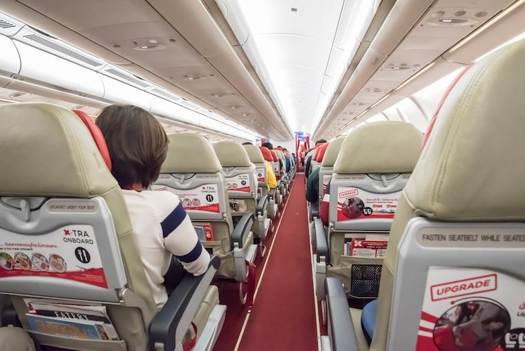 Companhia aérea low cost dentro do avião airasia
