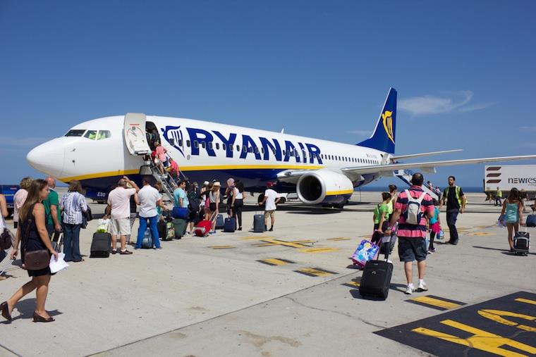 Companhia aérea low cost embarque ryanair