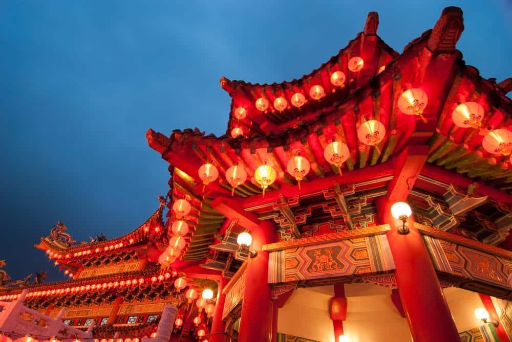 Templo iluminado em comemoração ao Ano Novo Chinês em Kuala Lumpur, na Malásia