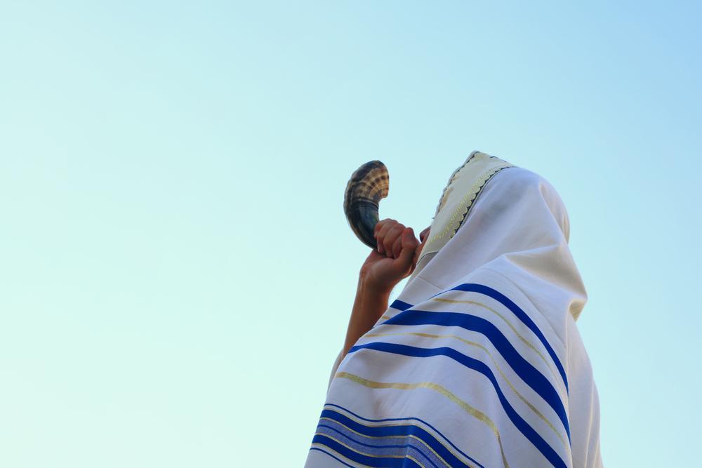 Homem toca o Shofar em celebração ao ano novo judeu