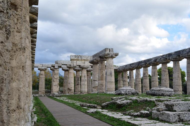 paestum italia dentro templo hera