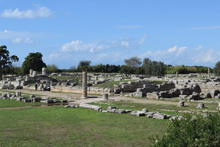 paestum italia forum romano ruinas