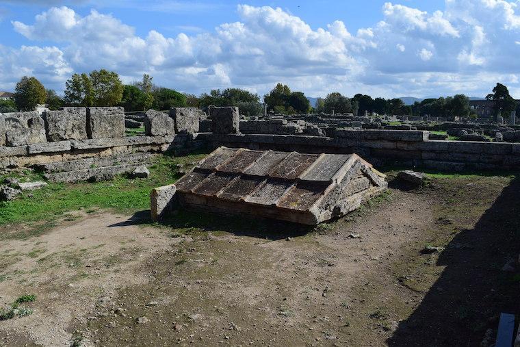 paestum italia ruinas heroon