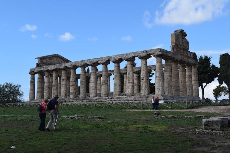 paestum italia templo atena de lado